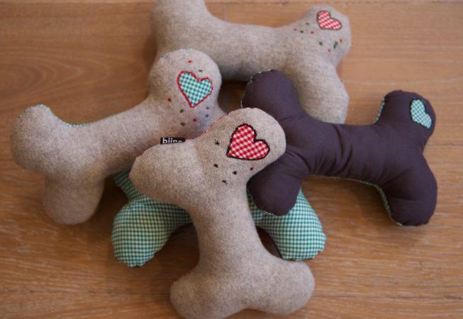 Kuschelknochen - im Hundebett, in der Hundebox und überall zum Liebhaben, Schmusen und Beschützen.